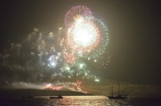 Restaurant Neptune: The fireworks from Nea Kameni island could be seen from Oia!