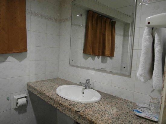 Beach Hotel: bathroom standard room