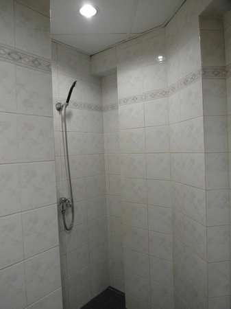 Beach Hotel: shower