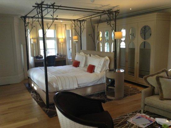 Coworth Park - Dorchester Collection: Cottage bedroom