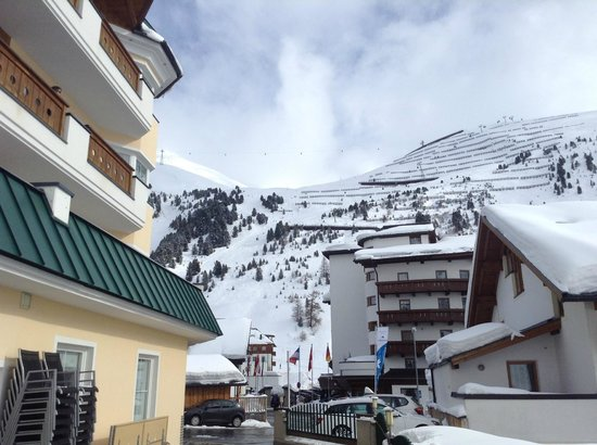 Hotel Alpenaussicht: Toward the drag lift from the hotel