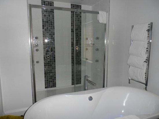 Smiths at Gretna Green Hotel: Huge shower