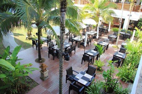 Naithonburi Beach Resort : Ресторан у бассейна.