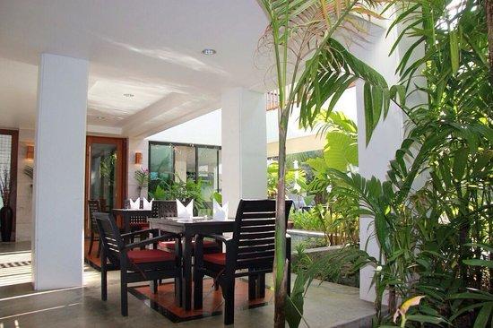 Naithonburi Beach Resort : Очень уютное место для завтраков:)