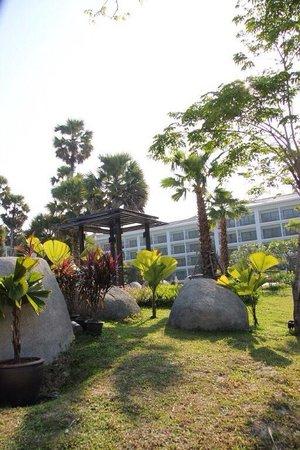 Naithonburi Beach Resort : Возле бассейна с песком.