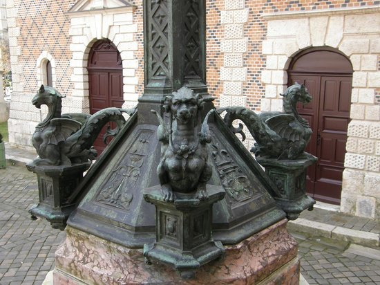 Hotel Groslot: Lamp on stairs (exterior)