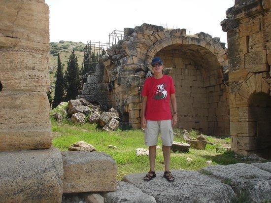 Hierapolis & Pamukkale: Hierapolis' ruins near Pamukkale in Turkey