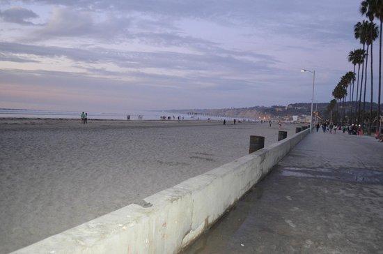 La Jolla Shores Hotel : view of beach from boardwalk