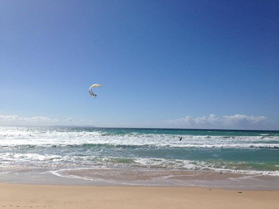 Hotel Dos Mares: Kite surfer on beach