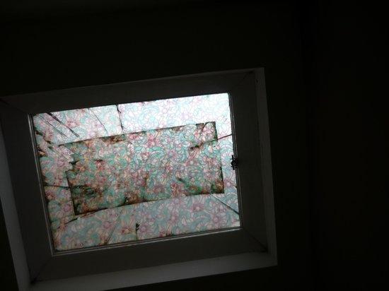 Hotel Albert: окно над кроватью