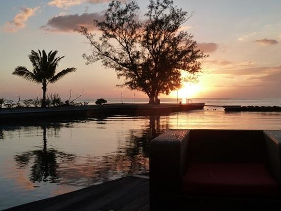 Manava Suite Resort Tahiti: vue du bar de la piscine au soleil couchant