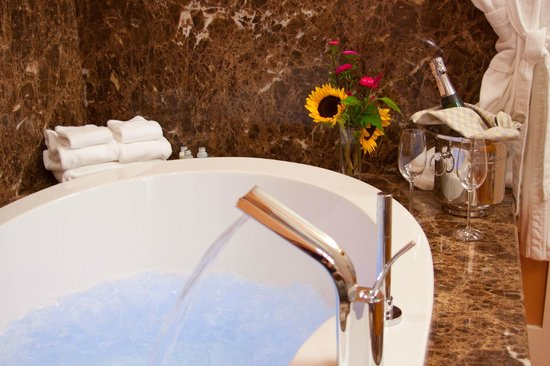 Jackson House Inn: Relax in luxury - porch suite massage tubs