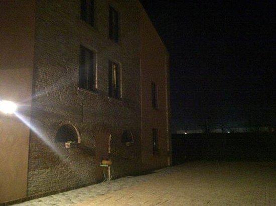 Hotel Residence Diamantina: La facciata verso il parcheggio auto