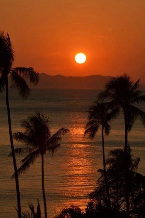 Centara Grand Beach Resort & Villas Krabi: sunset on the beach