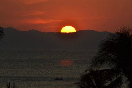 Centara Grand Beach Resort & Villas Krabi: sunset over the beach
