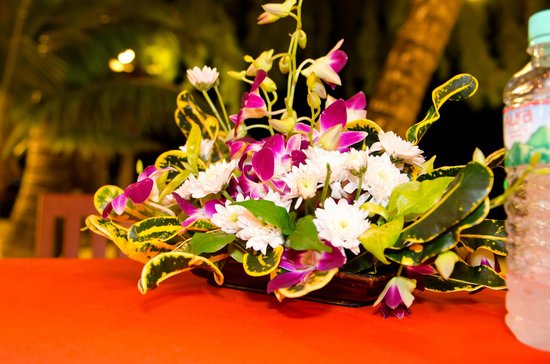 Koh Chang Paradise Resort & Spa: Flowers on dinning table