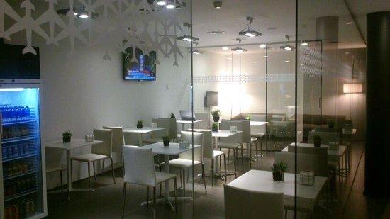 Air Rooms Madrid Airport by Premium Traveller: Zona restauración