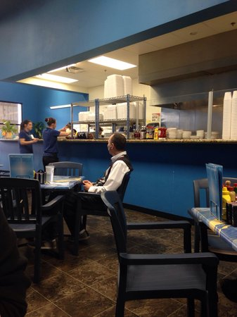 Mr. Mamas : busy and attentive servers