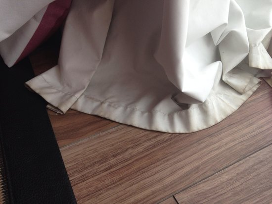 Hotel Sir Anthony: Filthy curtains, not what you expect in a 5* hotel