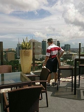 Harolds Hotel : My baby enjoying the view. Have a swimming pool ang we'll stay longer :)