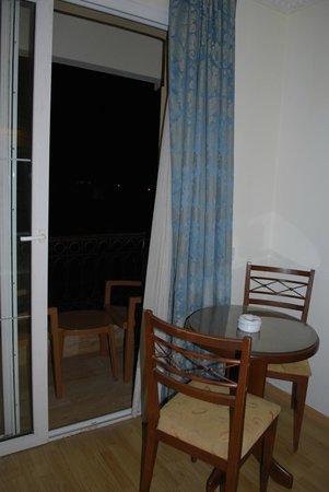 Hotel Pia Bella: table+balcony