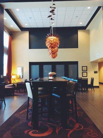 Hampton Inn & Suites Grand Forks: Lobby/breakfast room area.