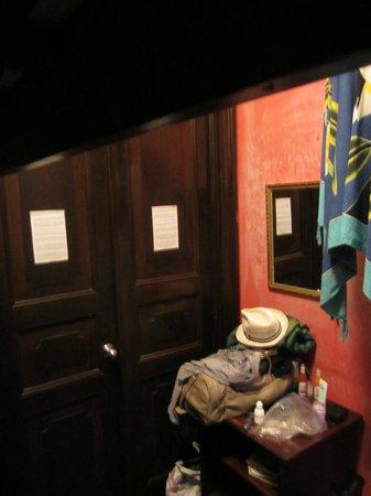 Luna's Castle Hostel: La chambre, notre placard à balais sans fenêtre et bruyant !