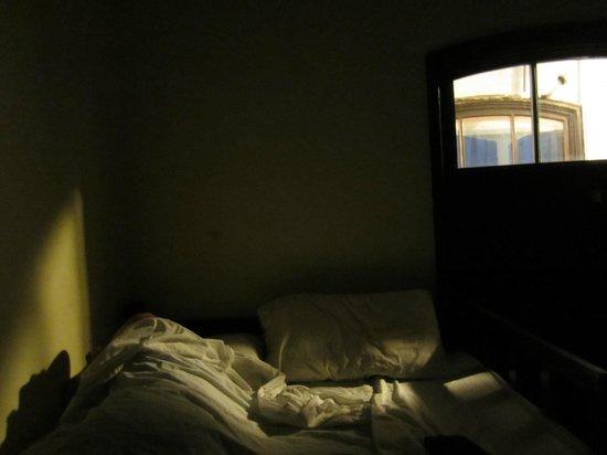 Luna's Castle Hostel: La lumière qui nous empêche de dormir en plus du bruit...