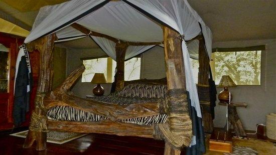 Royal Mara Safari Lodge: geschnitztes Doppelbett