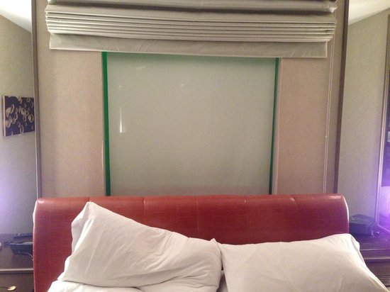 MGM Grand Hotel and Casino : Window behind Bed