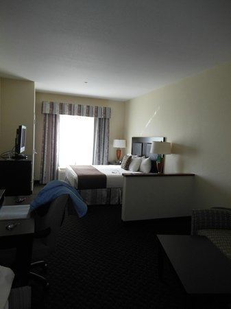 Best Western Plus Castlerock Inn & Suites: Comfortable bed, divider wall blocks light from hallway at night