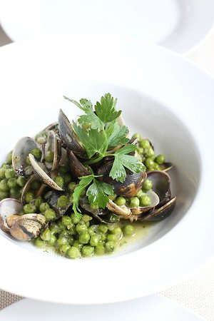 Villa Romana Ristorante : sauteed vongole with peas and green sauce