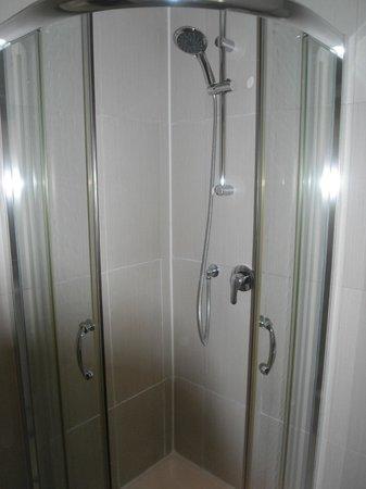 1 Lexham Gardens: la doccia è nuova, l'unica pecca è il miscelatore dell'acqua (o troppo calda o troppo fredda)