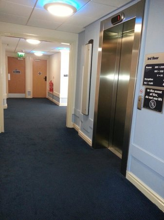 Travelodge Ramsgate Seafront: Lift and hallway