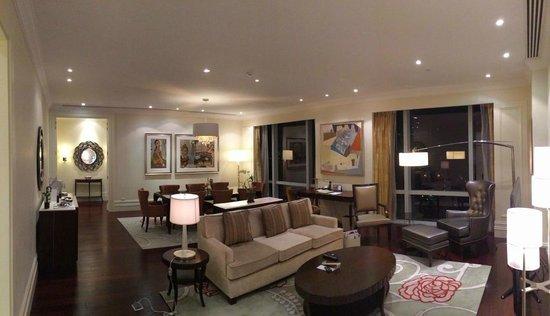 Raffles Makati: Exec. Suite Living Room