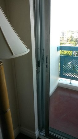 The Jamaica Pegasus Hotel : Balcony door stuck