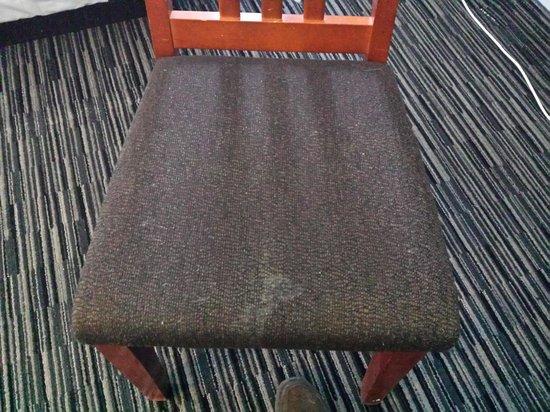 Isabella Hotel and Suites: cadeira suja no quarto