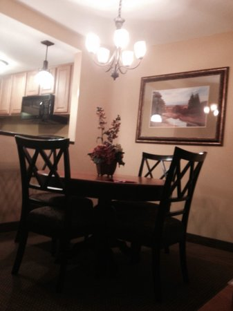 Holiday Inn Club Vacations Mount Ascutney Resort : Dining room across from kitchen