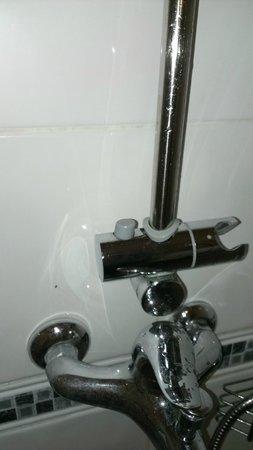 Oxford Hotel London : Broken shower head attachment