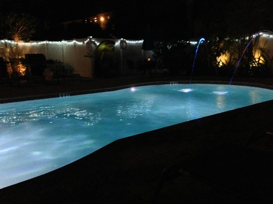 Hotel Seacrest: View of pool at night