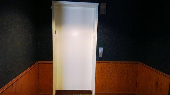 Super 8 Baldwin: Elevator