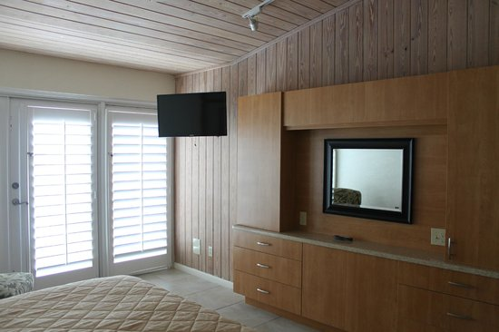 The Galleon Resort And Marina : Flat Screen tv in both bedrooms.