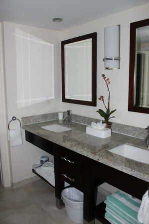 The Galleon Resort And Marina : Master Bath in the Two Bed/Two Bath
