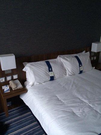Holiday Inn Express Lisbon - Av. Liberdade: Cama con distintos tipos de almohadas