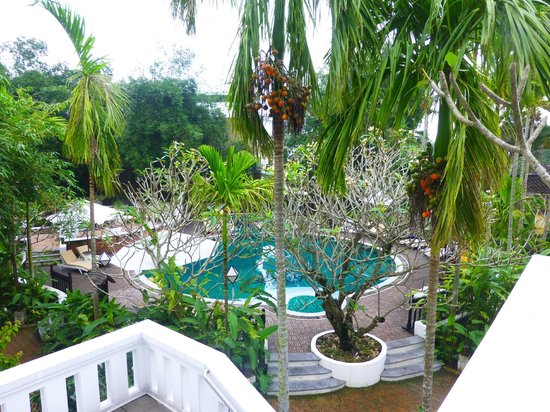 Hoi An Ancient House Resort & Spa: View of the garden and pool
