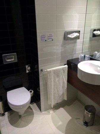 Holiday Inn Express Lisbon - Av. Liberdade: Baño, algo pequeño. Moderno y nuevo. Sin amenities.