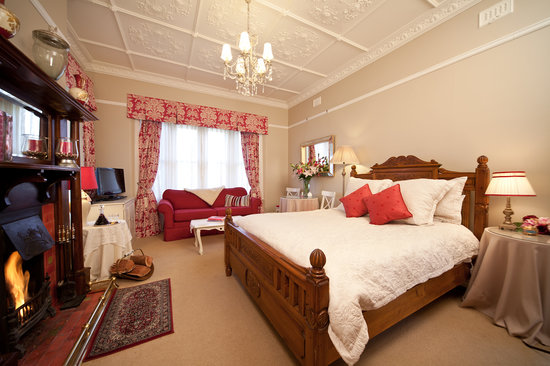 Melba House Boutique Bed & Breakfast: Romantic Dame Edna Deluxe Spa Suite