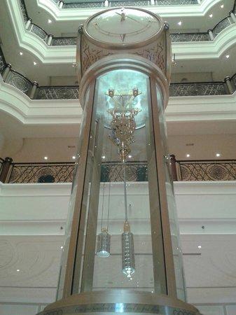Waldorf Astoria Ras Al Khaimah : Шикарные часы в лобби