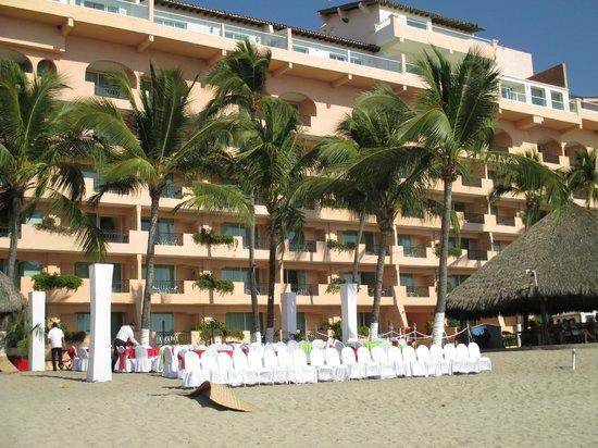 Crown Paradise Golden Resort Puerto Vallarta: Beach view of the ocean front rooms