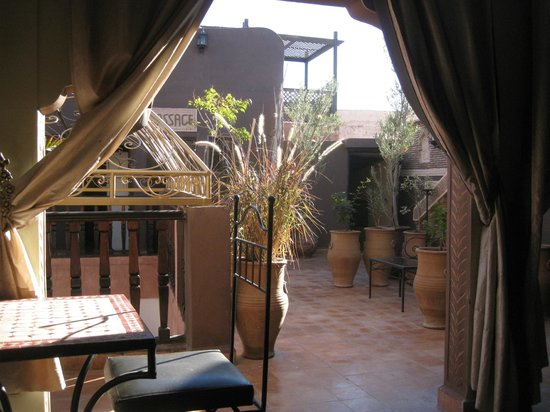 Riad Mille et une Nuits : Roof terrace, breakfast in the sunshine